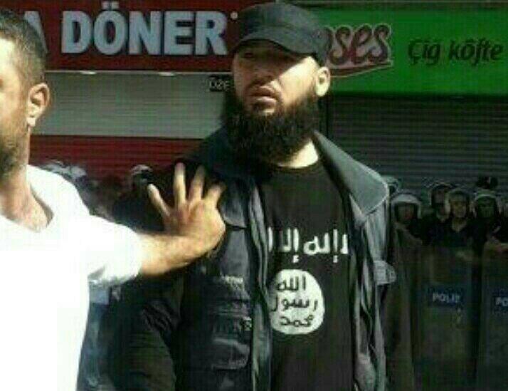 μαχητής της Αλ Νούσρα σε συνεργασία μετην τουρκική αστυνομία κατά τη διάρκεια επεισοδίων