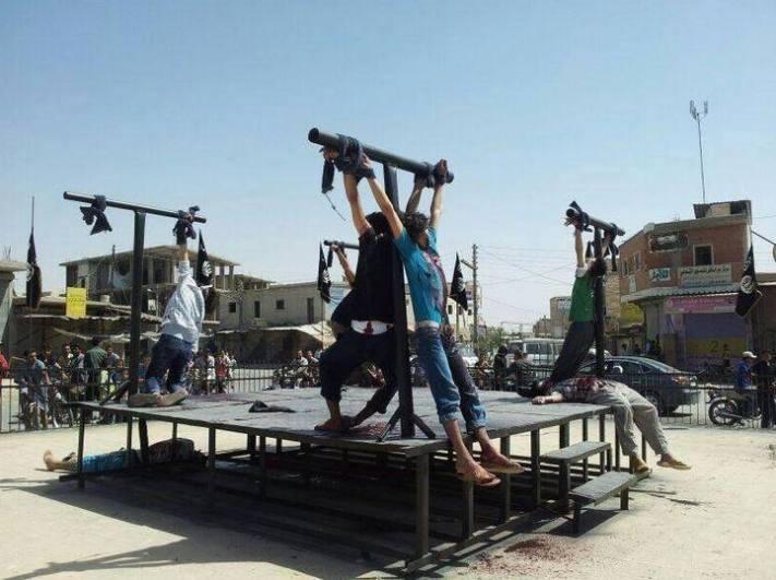 oμαδικές σταυρώσεις στη Ράκκα