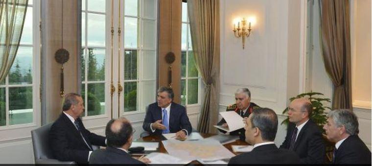 Ο Ερντογάν σε σύσκεψη στην προεδρκή κατοικία μετά την απαγωγή των 80 Τούρκων