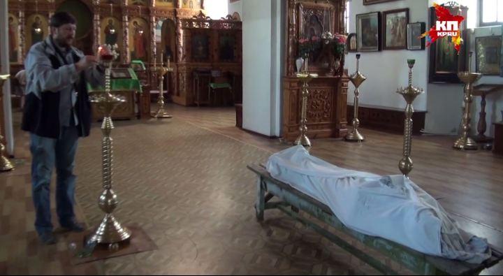 η σωρός του φύλακα εντός του ναού που υπερασπίστηκε έως θανάτου