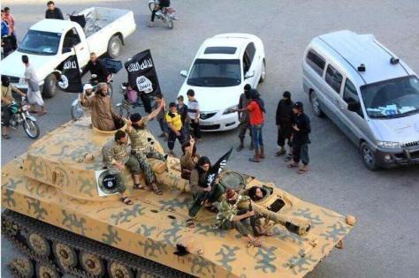 Αμερικανικά τεθωρακισμένα  οδηγούνται περήφανα απο τους ισλαιστές τρομοκράτες στη Ράκκα
