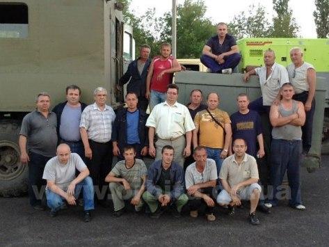 εθελοντές της πολιτοφυλακής του Donbass φυλάνε κάποια αποθέματα νερού