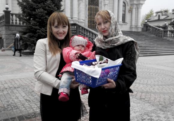 Η γιαγιά Ντάρια σε χαρούμενες στιγμές με την κόρη της Χριστίνα και τη νεογέννητη Κύρα