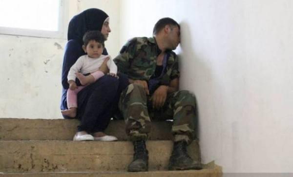 συγγενείς του στρατιώτη που αποκεφαλίστηκε θρηνούν