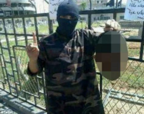 Ο ράπερ κραδαίνει το κεφάι σύριου στρατιώτη στη Ράκα