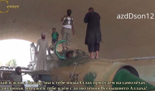 μήνυμα μασκοφόρου τζιχαντιστή επάνω στα στρατιωτικά αεροσκάφη της Συρίας