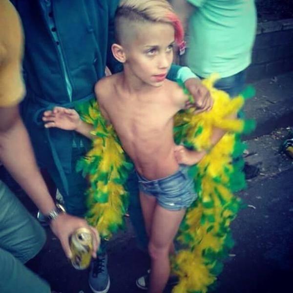 από την προχθεσινή GAY PRIDE στο Παρίσι, 8 χρονο παιδί