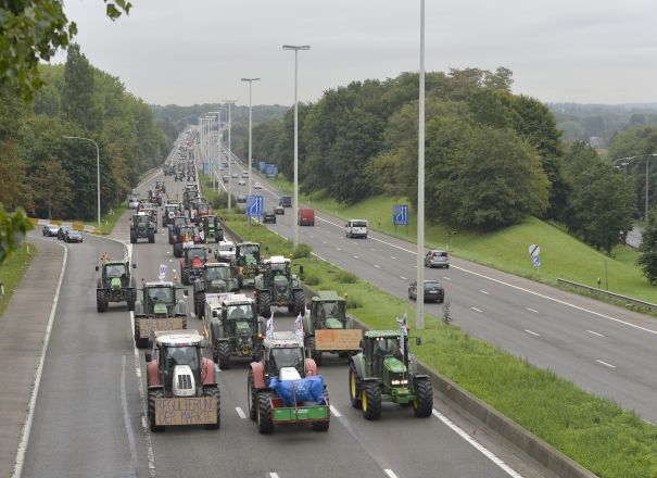 20150907 - BRUSSELS, BELGIUM: Illustration shows columns of tractors on the highway E40, arriving in Brussels for a demonstration od European farmers in Brussels, Monday 07 September 2015, on the day of an etraordinnary European agriculture council. BELGA PHOTO ERIC LALMAND