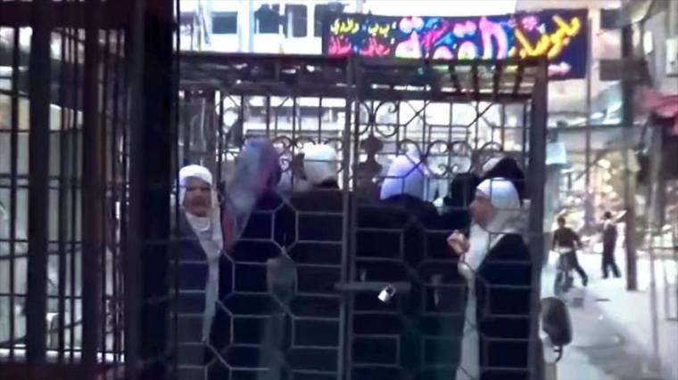 O Iσλαμικός Στρατός έβαλε σε σιδερένια κλουβιά αλαουίτισες και κυβερνητικούς