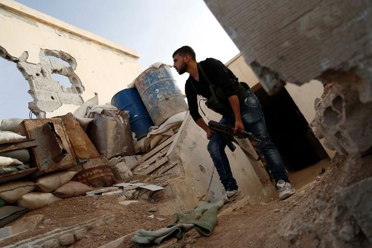 Un-combattant-rebel-syrien-appartenant-brigade-Fallaq-Al-Rahman-tient-position-ligne-front-contre-forces-regime-dans-village-Bala-dans-Est-Goutha-faubourgs-Damas-syrie-15_0_730_486