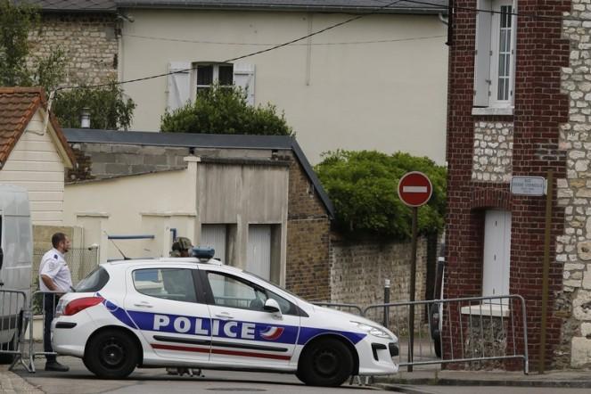 7784235103_un-agent-de-police-devant-l-eglise-de-saint-etienne-du-rouvray