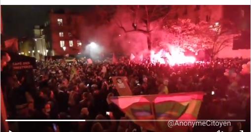 """Χάος. Όλη η Γαλλία είναι στο δρόμο και διαδηλώνει..Πόλεμος να μην περάσει ο νόμος """"Ολοκληρωτική Ασφάλεια"""" που δίνει υπερεξουσίες σε αστυνομία κι απαγόρευση εικόνων που εμφανίζουν αστυνομική βία.."""