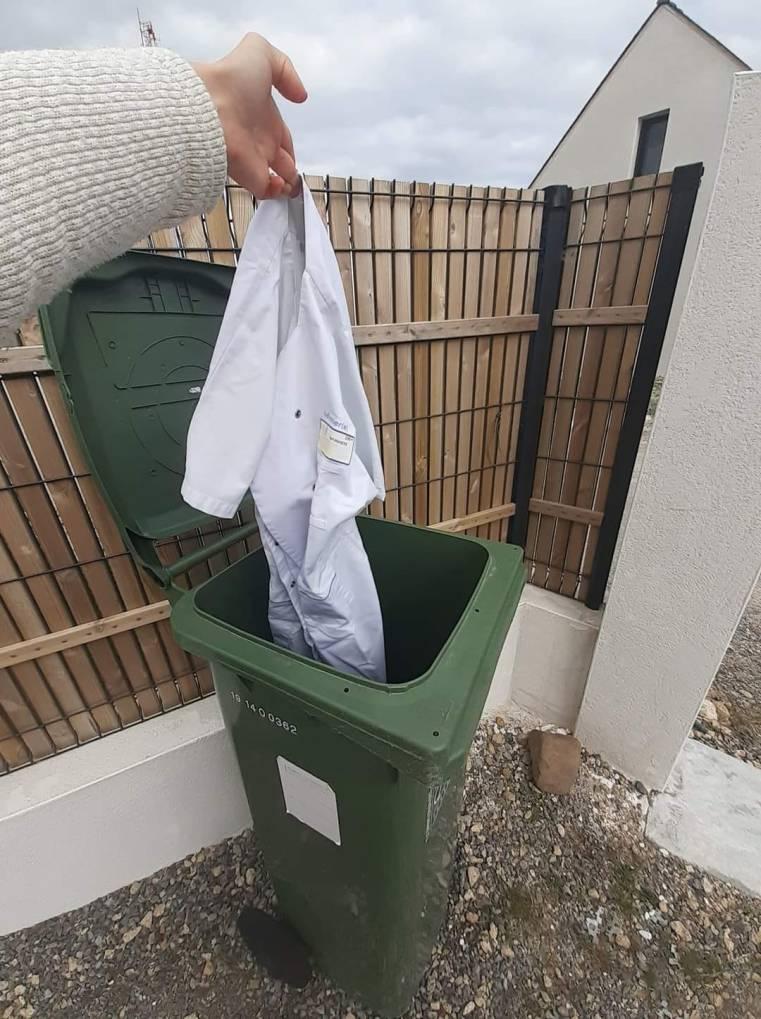 Πετούν την ιατρική μπλούζα στα σκουπίδια!!! Ορκίστηκαν Γιατροί όχι πειραματόζωα της Pfizer. (Στη Γαλλία, φαίνεται πως υπάρχουν πολλοί Βαθιώτηδες! Στην Ελλάδα, μόνον ΕΝΑΣ. Ο ΚΩΝΣΤΑΝΤΙΝΟΣ ΒΑΘΙΩΤΗΣ)
